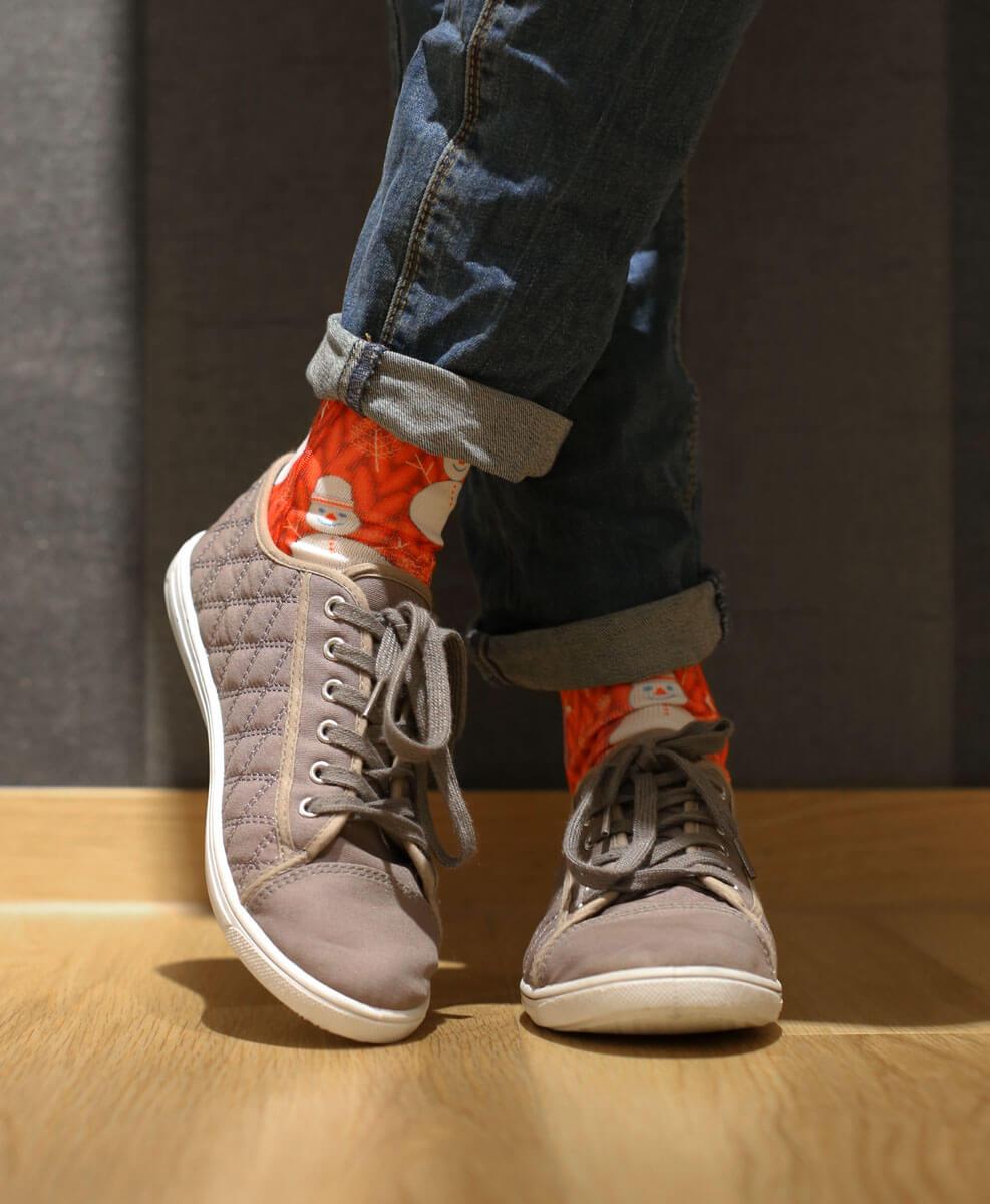 Mit auffälligen Socken sehen gekrempelte Jeans spitze aus!