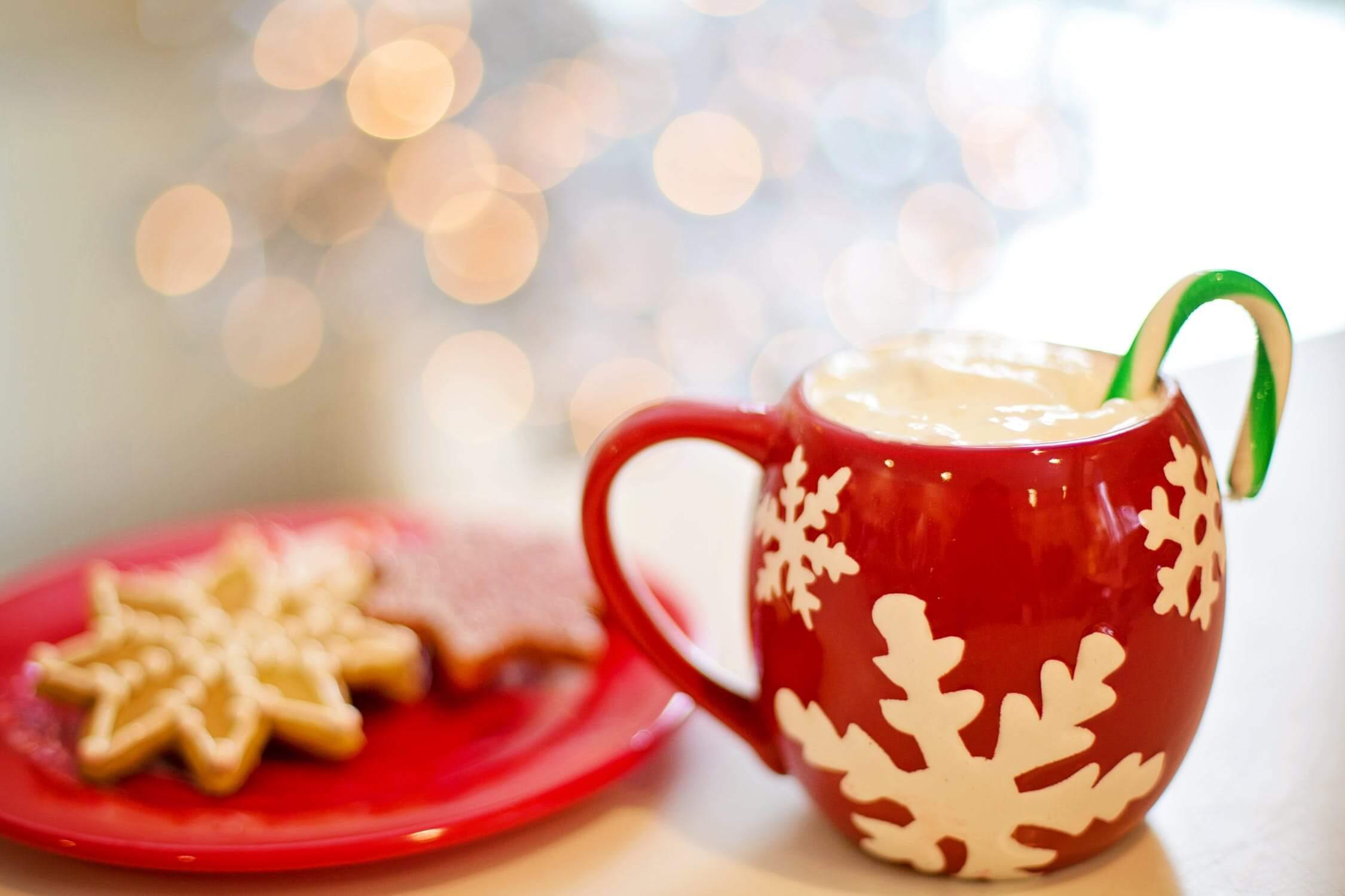 Plätzchen und weihnachtliche Getränke