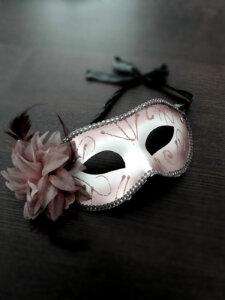 Maskenball-Maske mit Blume an der rechten Seite