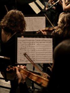 Blick auf die Noten einer Violinistin im Orchester