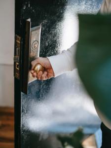 Detailansicht von einer Tür, die geöffnet wird.