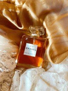 Parfum Chanel N° 5 drappiert auf einem Seidentuch